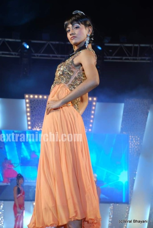 Mugdha-Godse-walks-the-ramp-for-KBJ-group-fashion-show-3.jpg