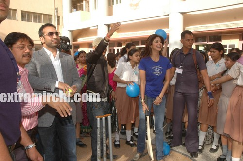 Raj-preparing-to-bowl-as-Shilpa-looks-on.jpg