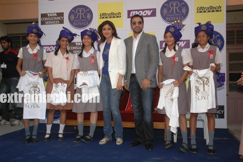 Shilpa-Raj-pose-with-the-students.jpg
