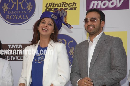 Shilpa-wearing-the-Rajasthan-Royals-turba-along-with-Raj.jpg