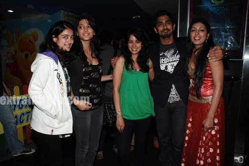 Shruti-Hassan-Akshara-Hassan-with-Siddharth-and-Padmapriya-3.jpg