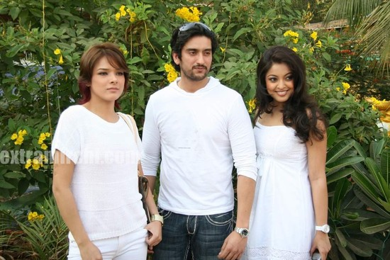 Tanushree-Dutta_Udita-Goswami-on-location-of-film-Rokk.jpg