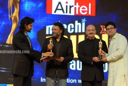 The-roshan-family-felicitating-Om-Prakash-Mehra.jpg