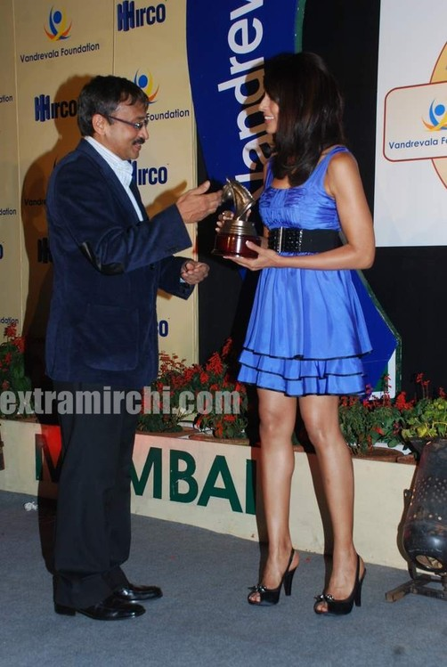 Bipasha-Bau-unveils-Vandrevala-Foundation-race-trophy-main.jpg