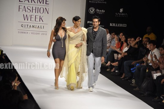 Bipasha-sizzles-the-ramp-for-RockyS-with-Queenie-3.jpg