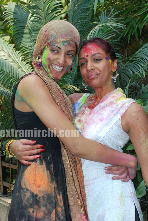 Bollywood-actress-Ria-and-Raima-Sen-play-Holi-at-Azmi-House-2.jpg