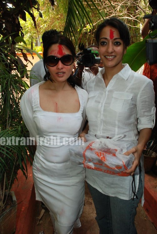 Bollywood-actress-Ria-and-Raima-Sen-play-Holi-at-Azmi-House-4.jpg