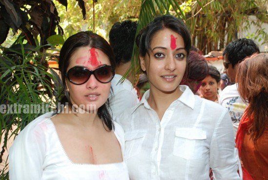 Bollywood-actress-Ria-and-Raima-Sen-play-Holi-at-Azmi-House-6.jpg