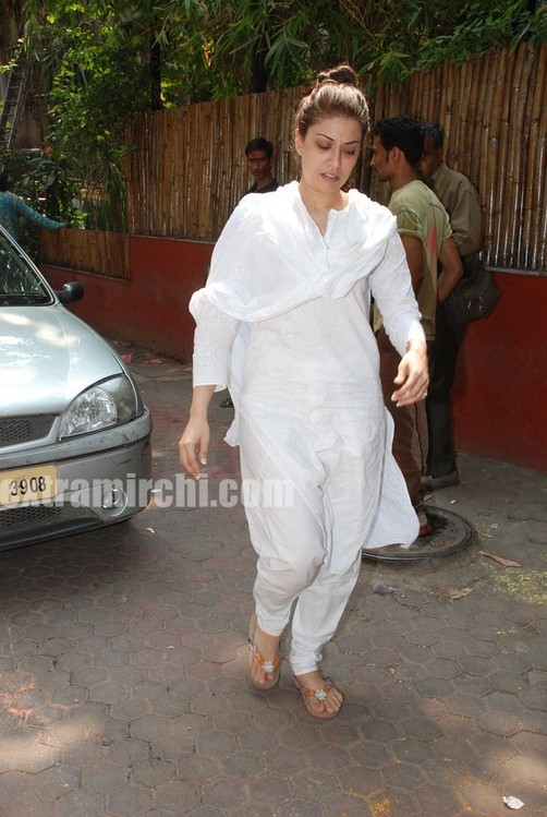 Bollywood-actress-Ria-and-Raima-Sen-play-Holi-at-Azmi-House-7.jpg