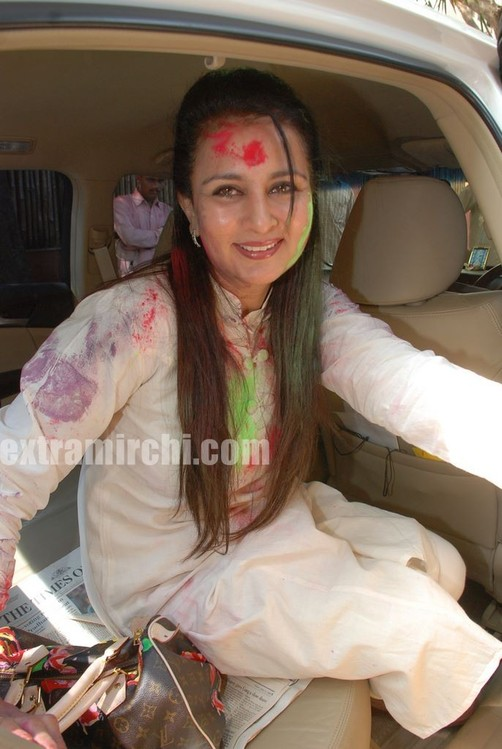 Bollywood-actress-Ria-and-Raima-Sen-play-Holi-at-Azmi-House-8.jpg