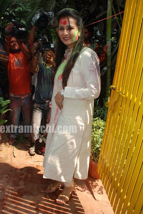 Bollywood-actress-Ria-and-Raima-Sen-play-Holi-at-Azmi-House-9.jpg