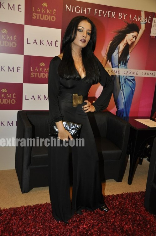 Celina-Jaitley-at-LIFW-beauty-saloon-4.jpg