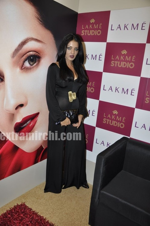 Celina-Jaitley-at-LIFW-beauty-saloon.jpg