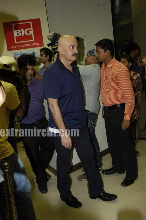 Hrithik-Roshan-and-Rakesh-Roshan-at-Big-FM-studios.jpg