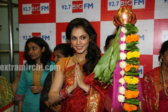 Isha-Koppikar-celebrates-gudipadwa-at-Big-Fm-pics-main.jpg
