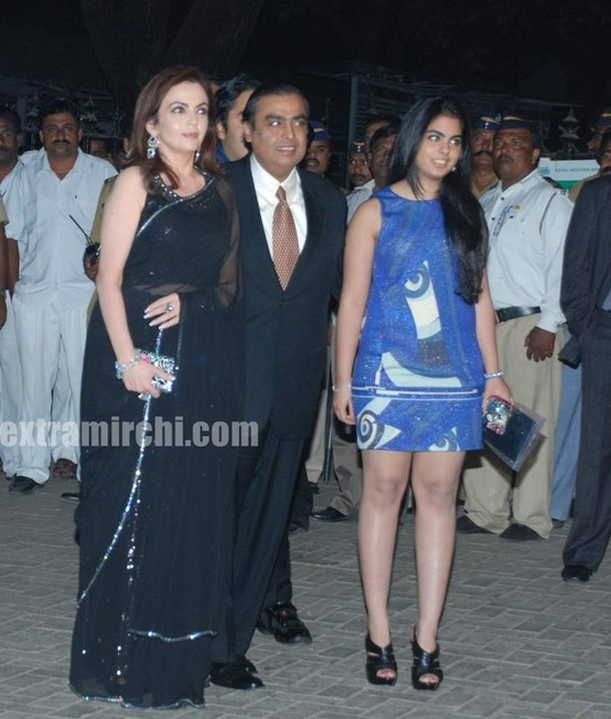 Mukesh-Ambani-with-his-wife-Nita-Ambani-and-children-Isha-Ambani-and-Anant-Ambani-1.jpg