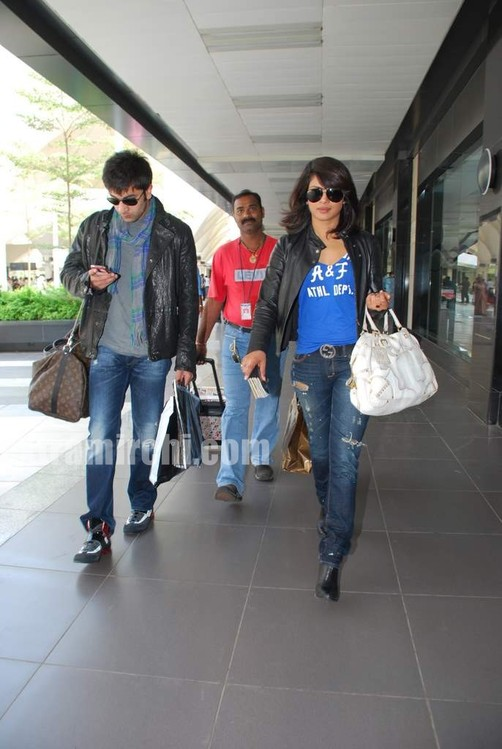 Ranbir-Kapoor-and-Priyanka-Chopra-spotted-at-Mumbai-airport-2.jpg