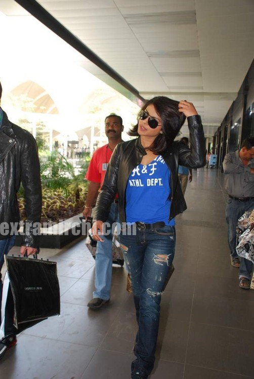 Ranbir-Kapoor-and-Priyanka-Chopra-spotted-at-Mumbai-airport-3.jpg
