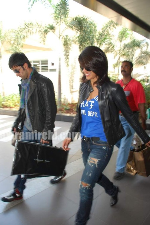 Ranbir-Kapoor-and-Priyanka-Chopra-spotted-at-Mumbai-airport-4.jpg