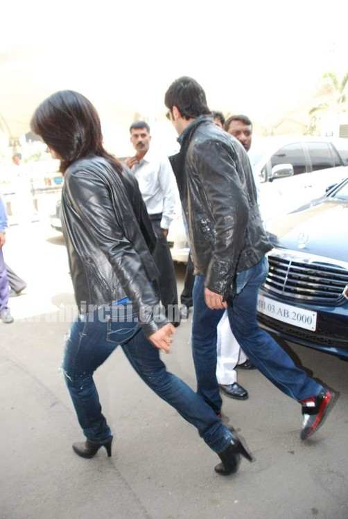 Ranbir-Kapoor-and-Priyanka-Chopra-spotted-at-Mumbai-airport-5.jpg