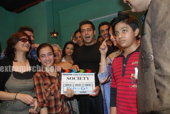 Salman-Khan-with-Sarika-and-Akshara-Hassan.jpg