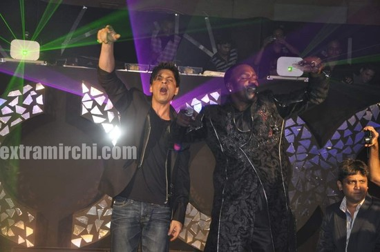 Shahrukh-Khan-with-singer-Akon-main.jpg