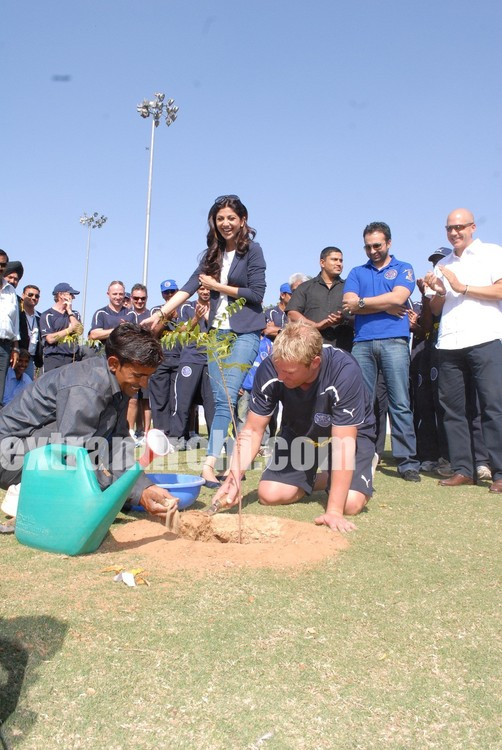 Shilpa-Shetty-and-Rajasthan-Royals-team-planting-tree-2.jpg