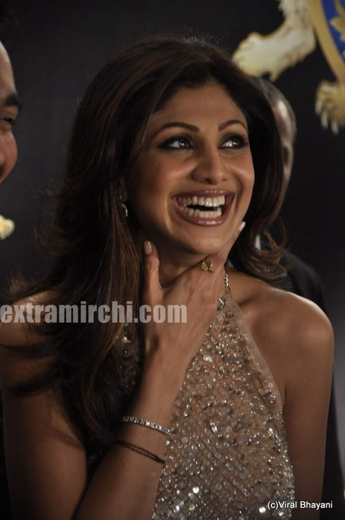 Shilpa-Shetty-with-Raj-Kundra-and-Shamita-Shetty-at-Shilpa-Shetty-Royalty-restaurant-opening-2.jpg