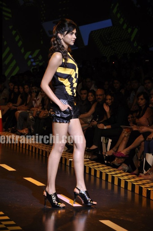 deepika-padukone-walks-the-ramp-for-Shantanu-and-Nikhil-at-LFW-2010-6.jpg