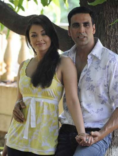 Aishwarya-Rai-and-Akshay-Kumar-on-the-sets-of-Action-Replay.jpg
