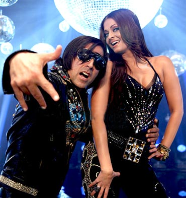 Akshay-Kumar-and-Aishwarya-Rai-Bachchan-in-Action-Replayy.jpg