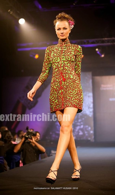 Bipasha-Basu-Ramp-Walk-for-Azeem-Khan-1.jpg