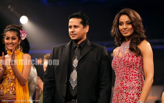 Bipasha-Basu-Ramp-Walk-for-Azeem-Khan-3.jpg
