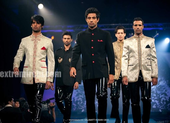 Bipasha-Basu-Ramp-Walk-for-Azeem-Khan.jpg