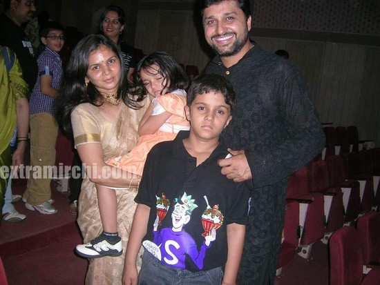 Gautam-Chaturvedi-with-wife-and-kids.jpg