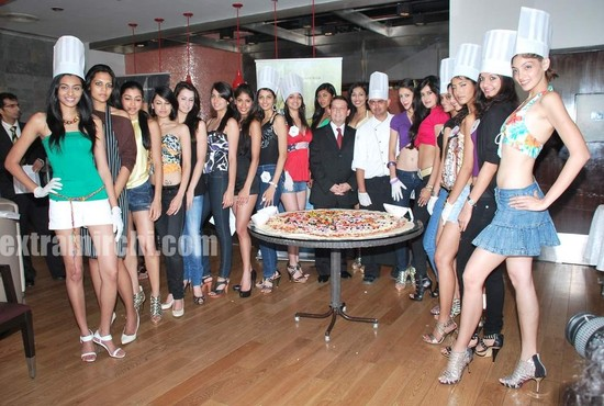 Miss-India-finalists-make-giant-pizza.jpg