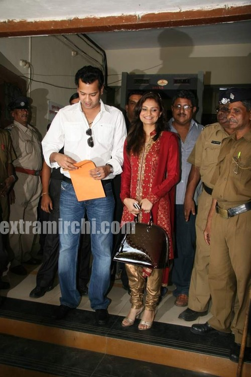 Rahul-Mahajan-and-Dimpy-get-their-marriage-certificate-4.jpg