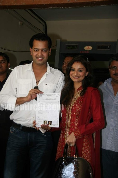 Rahul-Mahajan-and-Dimpy-get-their-marriage-certificate-6.jpg