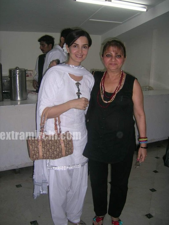 Rukhsar-with-her-mother.jpg