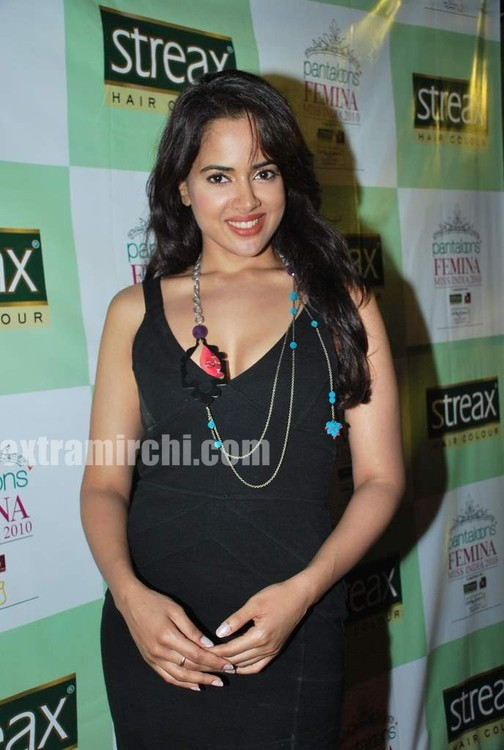 Sameera-Reddy-with-10-Miss-India-finalist-3.jpg