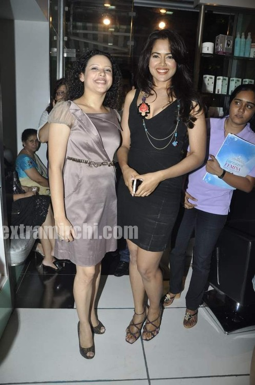 Sameera-Reddy-with-10-Miss-India-finalist-6.jpg