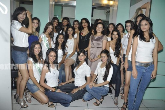 Sameera-Reddy-with-10-Miss-India-finalist-7.jpg