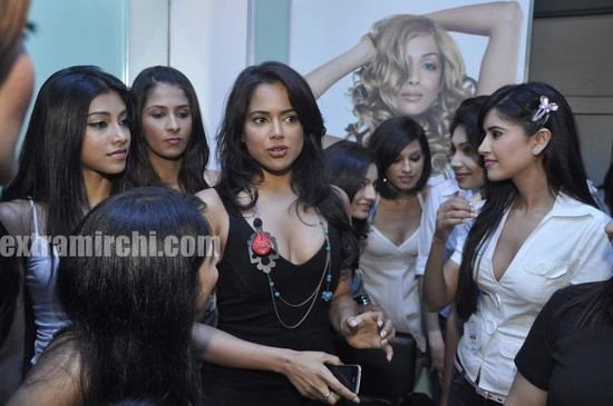 Sameera-Reddy-with-10-Miss-India-finalist-8.jpg
