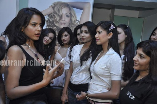 Sameera-Reddy-with-10-Miss-India-finalist-9.jpg