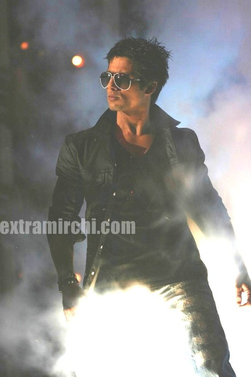 Smoking-hot-shahid-performs-for-Star-Cintaa-super-stars-ka-jalwa.jpg