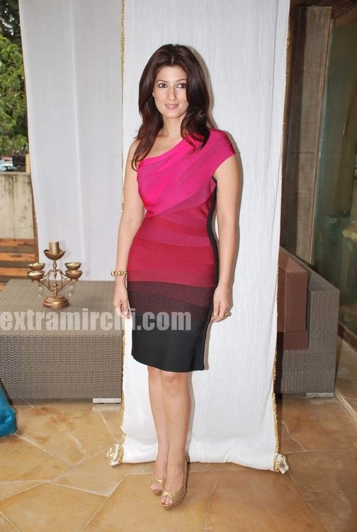 Twinkle-Khanna-The-White-Window-launch-21.jpg