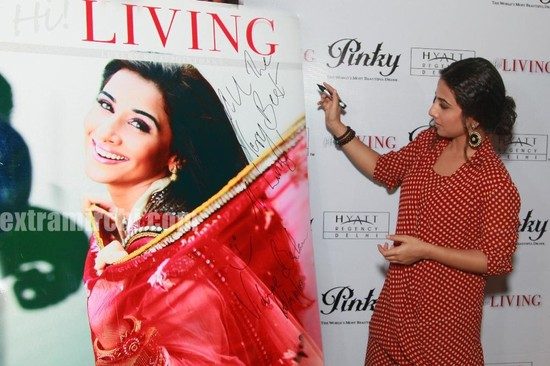 Vidya-Balan-unveils-the-April-2010-issue-of-Hi-LIVING-2.jpg