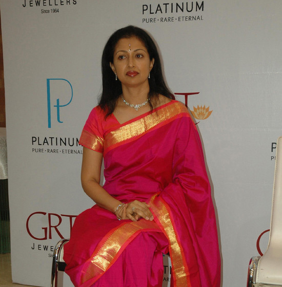 GRT-Jewellers-actress-Gauthami-received-the-first-platinum-coin-1.jpg