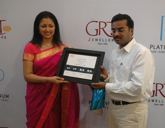 GRT-Jewellers-actress-Gauthami-received-the-first-platinum-coin-2.jpg