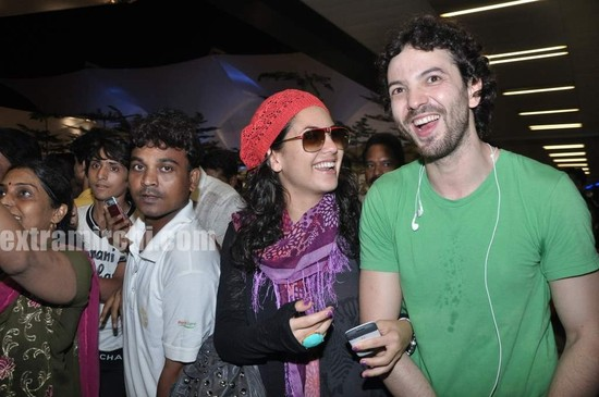 Hrithik-Roshan-arrives-with-actress-Barbara-Mori-Hrithik-wife-Sussanne-and-dad-Rakesh-Roshan-4.jpg